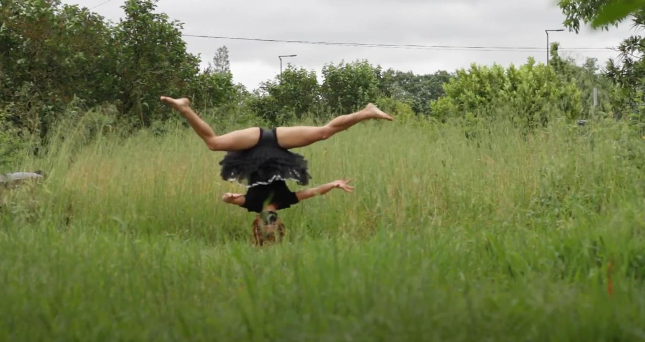 Image d'une danseuse tenant sur la tête